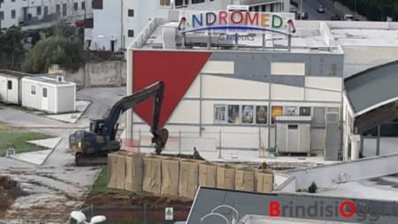 """Бомбата в Бриндизи бе намерена при строителни работи за разширяване на местния киносалон """"Андромеда""""."""