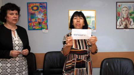 В присъствието на заместник-министър Таня Михайлова (вляво), беше изтеглен изпитният вариант по български език и литература за изпита от националното външно оценяване след VII клас.