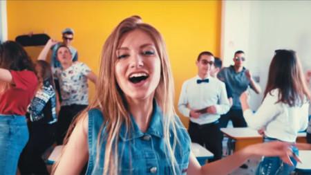 Божидара в сцена от клипа към песента