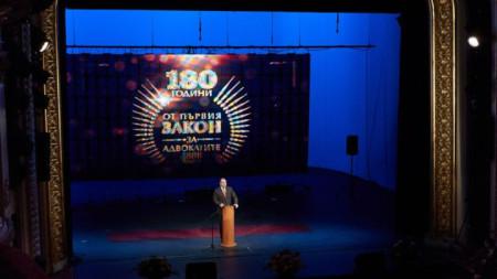 """Президентът Румен Радев говори в Народния театър """"Иван Вазов"""" на тържественото отбелязване на 130-ата годишнина от приемането на първия Закон за адвокатите в България."""