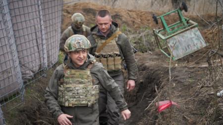 Украинският президент Володимир Зеленски на посещение в зоната на конфликта в Източна Украйна.