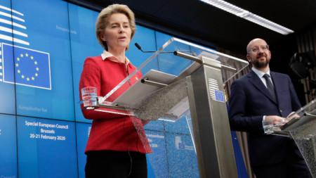 Председателят на Европейския съвет Шарл Мишел (вдясно) и шефката на Еврокомисията Урсула фон дер Лайен на пресконференция в Брюксел след срещата.