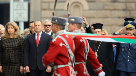 Президентът Румен Радев, вицепрезидентът Илияна Йотова и други официални лица на церемонията пред президентството за Деня на народните будители.