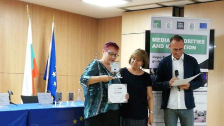 Станимира Хаджимитова и Иван Начев от БПМР връчват наградата на Ася Чанева
