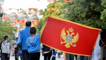 Деца развяват флага на Черна гора в столицата Подгорица.
