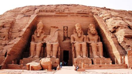 Последното съвместно пътуване на Ева и Йордан Соколови е до Египет. Древноегипетски комплекс Абу Симбел с два храма, посветени на Рамзес Втори и съпругата му Нефертари.