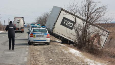 На пътя Мъглиж-Гурково силният вятър преобърна ремарке на товарен камион.