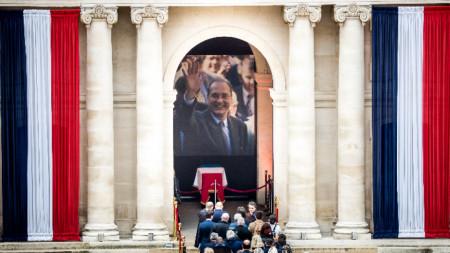 Хиляди французи отдадоха последна почит на бившия френски президент Жак Ширак по време на Всенародното поклонение в неделя.