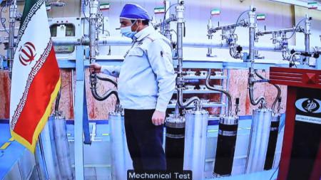 Работник в Натанц по време на видеоконферентна връзка с президента Хасан Рохани при откриването на нови мощности в ядрения обект в събота.
