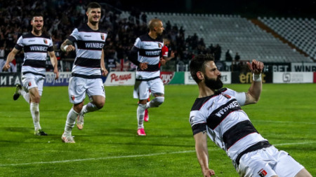 Капитанът на Локомотив (Пд) Димитър Илиев ликува, след като е отбелязал втория си гол във вратата на ЦСКА София