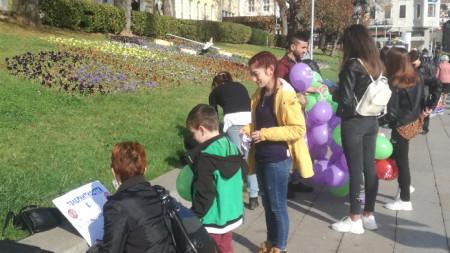 """Във Велико Търново доброволци на ромската неправителствена организация """"Амалипе"""" отбелязаха Световния ден на толерантността."""