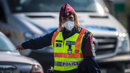 Унгарска полицайка насочва автомобилите -