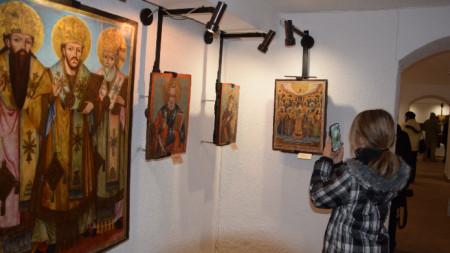 """Уникални икони от Източните Родопи, представени в криптата на Художествената галерия """"Станка Димитрова"""" в Кърджали."""