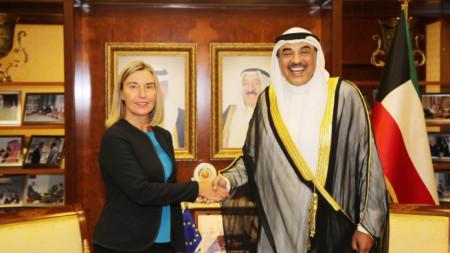 Върховният представител по въпросите на външната политика и сигурността Федерика Могерини и кувейтският външен министър шейх Сабах ал Халед Ал Сабах.