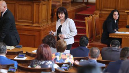 Председателят на парламента Цвета Караянчева се пошегува, че присъствието на социалистите може да претовари системата за гласуване.