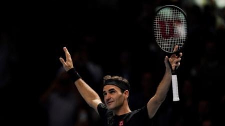 Федерер приема овациите на публиката след победата.