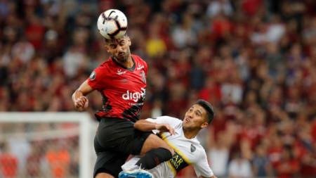 Камачо (в червено) е единият уличен футболист.
