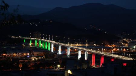 18-те колони на новия мост вече бяха осветени в цветовете на италианското знаме