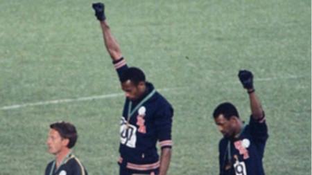 Томи Смит и Джон Карлос с вдигнати юмруци по време на награждаването на олимпийските игри през 1968 г.