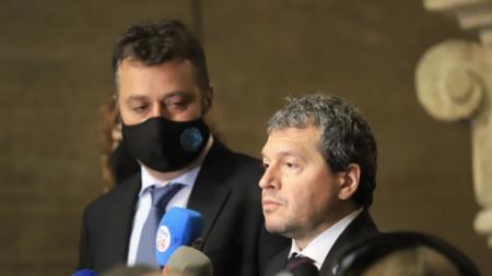 Тошко Йорданов (на преден план), Филип Станев и Виктория Василева (зад Станев) след консултациите при президента Румен Радев.