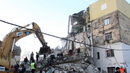 Девет души са арестувани, а 8 се издирват по подозрение в нарушаване на строителните разпоредби, довело до срутването на сгради от треса на 26 ноември.