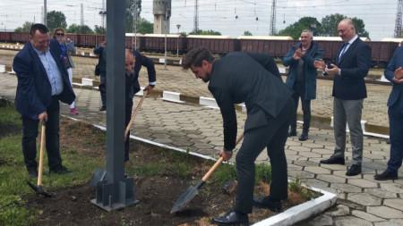Първа копк ана реконструкцията на гара Карнобат пред погледа на министър Росен Желязков (вдясно).