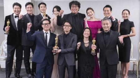 """Пон Джун-хо и част от екипа на филма """"Паразит""""."""