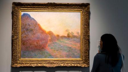 """Продадената картина на Клод Моне от серията """"Купи сено"""" е изложена в Ню Йорк преди търга на """"Сотбис""""."""