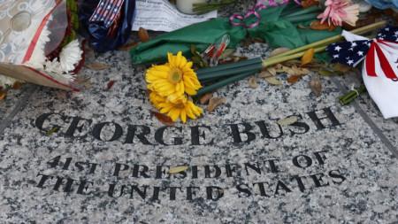 Цветя лежат в основата на статуята на Джорж Буш-старши до неговата президентска библиотека в Тексас.