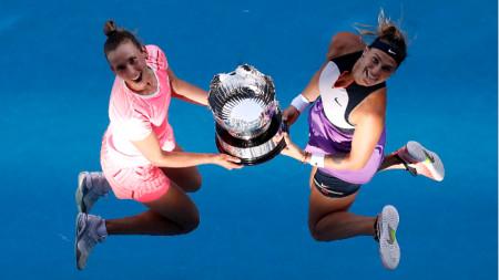Мертенс и Сабаленка са скочили с трофея.