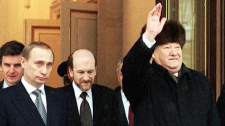 Владимир Путин става и.д. президент на Русия на 31 декември 1999 г. с предсрочното оттегляне на Борис Елцин (вдясно).