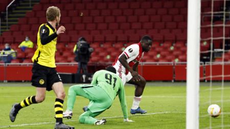 Брайън Броби (вдясно) вкара снощи третия гол за Аякс срещу Йънг Бойс в ЛЕ.