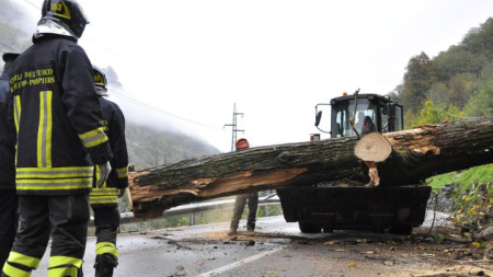 Спасители в различни региони на Италия продължават да ликвидират последиците от пороите, предизвикали наводнения, свлачища и падане на дървета.