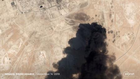 """Сателитна снимка за последствията след удара с дрон срещу петролни инсталации на """"Арамко"""" в района на град Абукайк, Саудитска Арабия."""