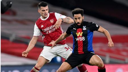 Гранит Джака от Арсенал (вляво) се бори за топката с Андрос Таунсенд.