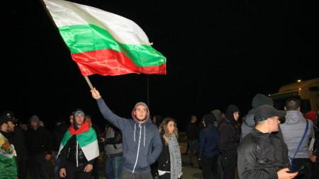 """Перничани блокираха за движение пътен възел """"Даскалово"""" в знак на протест срещу високите цени на горивата"""