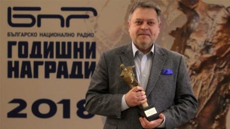 Le chef d'orchestre de l'Orchestre symphnique de la RNB Mark Kadin avec le Grand Prix Sirak-Skitnik, récompensant les symphonistes