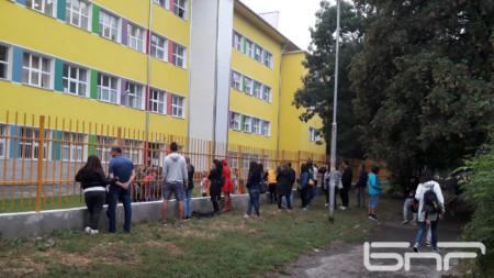 Родители се струпват на оградата на столично училище, заради наложената забрана да влизат в двора му.