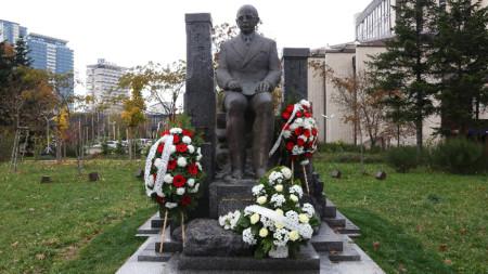 Паметник на видния български писател, дипломат и историк Симеон Радев беше открит до Националния дворец на културата (НДК).