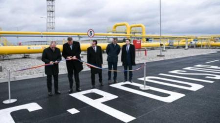 """Румънският президентът Клаус Йоханис (вторият отляво) на церемонията по откриване на компресорната станция """"Подишор"""""""