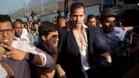 Хуан Гуайдо бе посрещнат в Каракас от свои привърженици и противници.