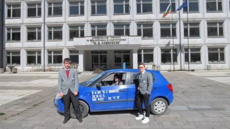 """Към Професионалната гимназия по механотехника и електротехника """"М. В. Ломоносов"""" има и автошкола."""