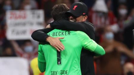 Юрген Клоп прегръща вратаря Алисон Бекер след края на мача.