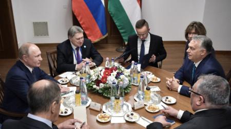 Владимир Путин и Виктор Орбан на разговорите им в Будапеща, на които присъстват и външните и енергийните министри на двете страни.