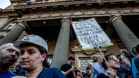 Протестиращи блокираха в неделя входа на президентството в Белград.