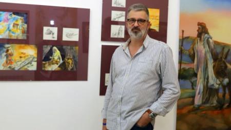 """Виктор Паунов в галерия """"Стубел"""" сред своите илюстрации"""