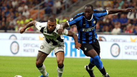 Лукаку (вдясно) има проблеми с расизма в Италия.