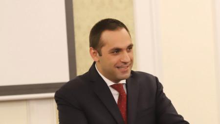 Министър Емил Караниколов преди заседанието на парламентарната комисия по икономическа политика.