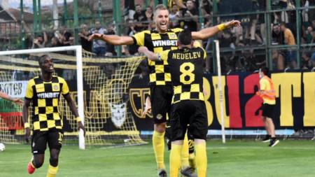 Тодор Неделев и Атанас Илиев вкараха при победата с 2:0 над Локо
