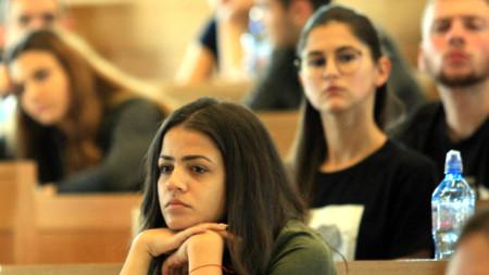 Кандидатите се състезават за около 60 места за всяка от трите специалности – Журналистика, Връзки с обществеността и Книгоиздаване.